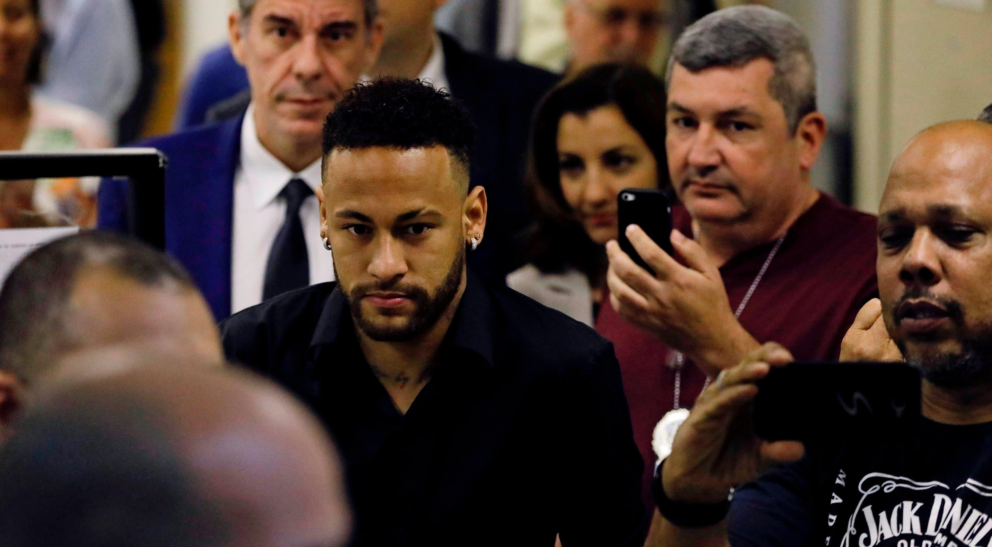 Neymar en momentos en que salía del recinto policial .