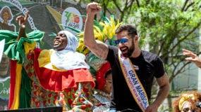 Ricky Martin, a la derecha, gran mariscal del Desfile Nacional del Día de Puerto Rico, reconoce a los espectadores, el domingo 9 de junio de 2019, en Nueva York.AP