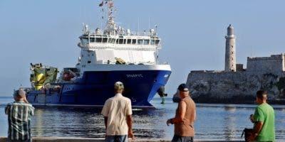 Varias personas observan la entrada de una agrupación de buques de la Marina de Guerra de Rusia este lunes, al puerto de La Habana (Cuba). Durante la visita, los marinos rusos cumplirán un programa de actividades que incluye una visita de cortesía al Jefe de la Marina de Guerra Revolucionaria (MGR) de la isla, el contraalmirante Carlos Duque, y recorridos por lugares de interés histórico y cultural. La visita de los buques rusos a la isla caribeña tiene lugar en un momento en el que la relación bilateral entre Cuba y Rusia muestra un nuevo impulso. EFE/ Ernesto Mastrascusa