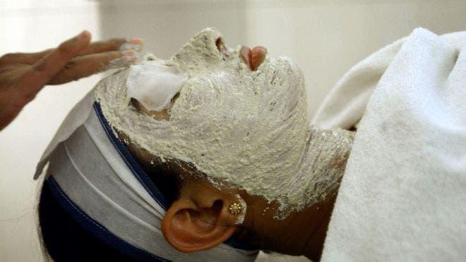 """Los tratamientos faciales y blanqueadores frecuentemente se conocen como """"limpieza"""" de color."""