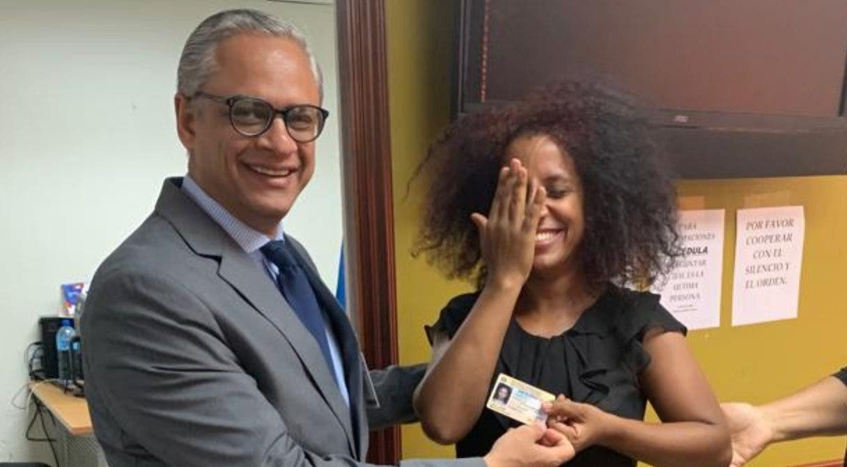 Leivy Laura Areché luce emocionada al recibir ayer su cédula de identidad y electoral.