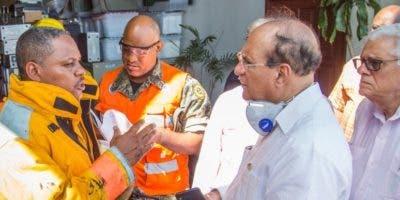 El presidente de la JCE, Castaños Guzmán, conversa con el jefe de los Bomberos del DN, coronel Frómeta.  FUENTE EXTERNA