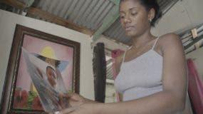 Oscari Rodríguez contempla  la foto de su bebé de siete meses.   Elieser  Tapia