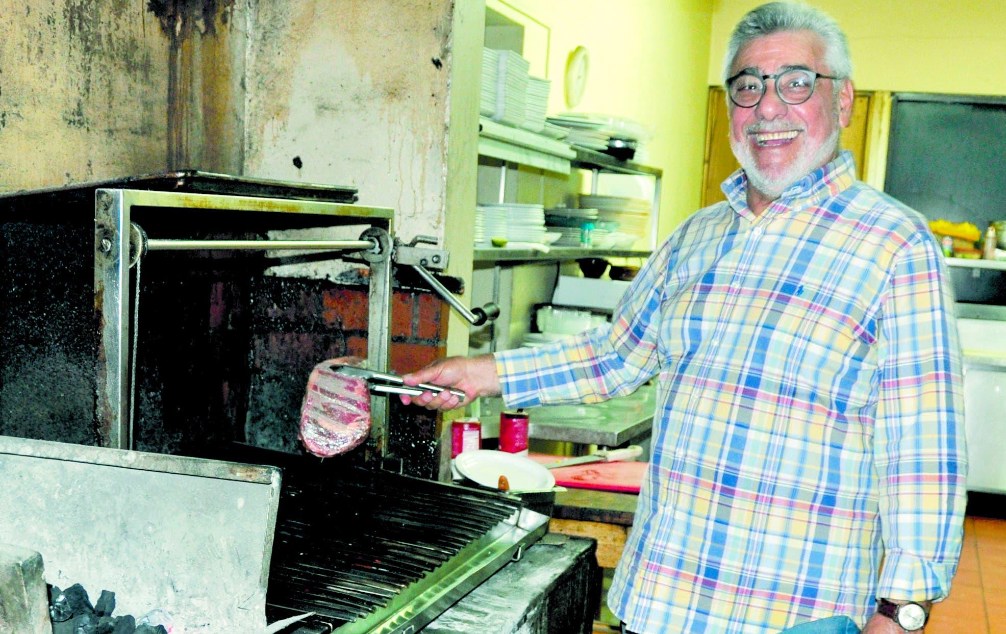 La cocina de Asaderos los Argentinos se mantiene en constante movimiento permanentemente.     Carolina FERNÁNDEZ