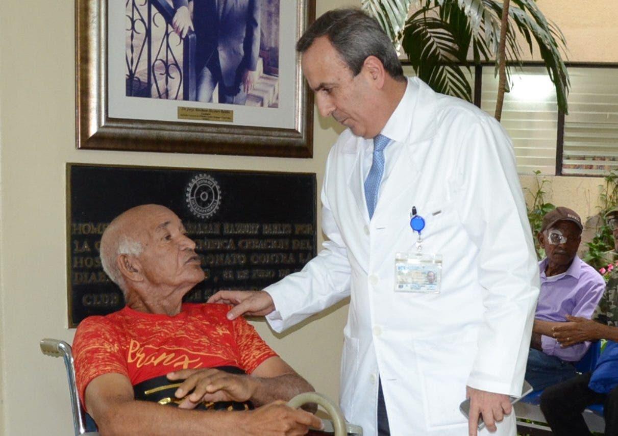Ammar  Ibrahim, director general del  Inden, conversa con uno de los cerca de   500 pacientes que acuden allí diario, donde se ofrecen  unos mil servicios.  JOSÉ DE LEÓN