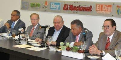 Nicomedes Castro, Julio César Castaños Guzmán, José Luis  Corripo Estrada, Bernardo Defilló, el periodista Juan Bolívar Díaz y Rafael Gautreau. C. Fernández