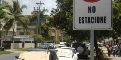 En  Santo Domingo y el Distrito Nacional  hay precariedad de espacios para estacionar.