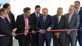 El residente Danilo Medina  en la inauguración con los   propietarios de planta.  José de León