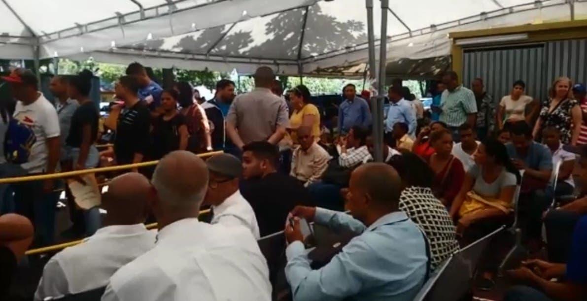 Las personas son atendidas en   carpa habilitada en el patio de  JCE  en  Centro de los Héroes.