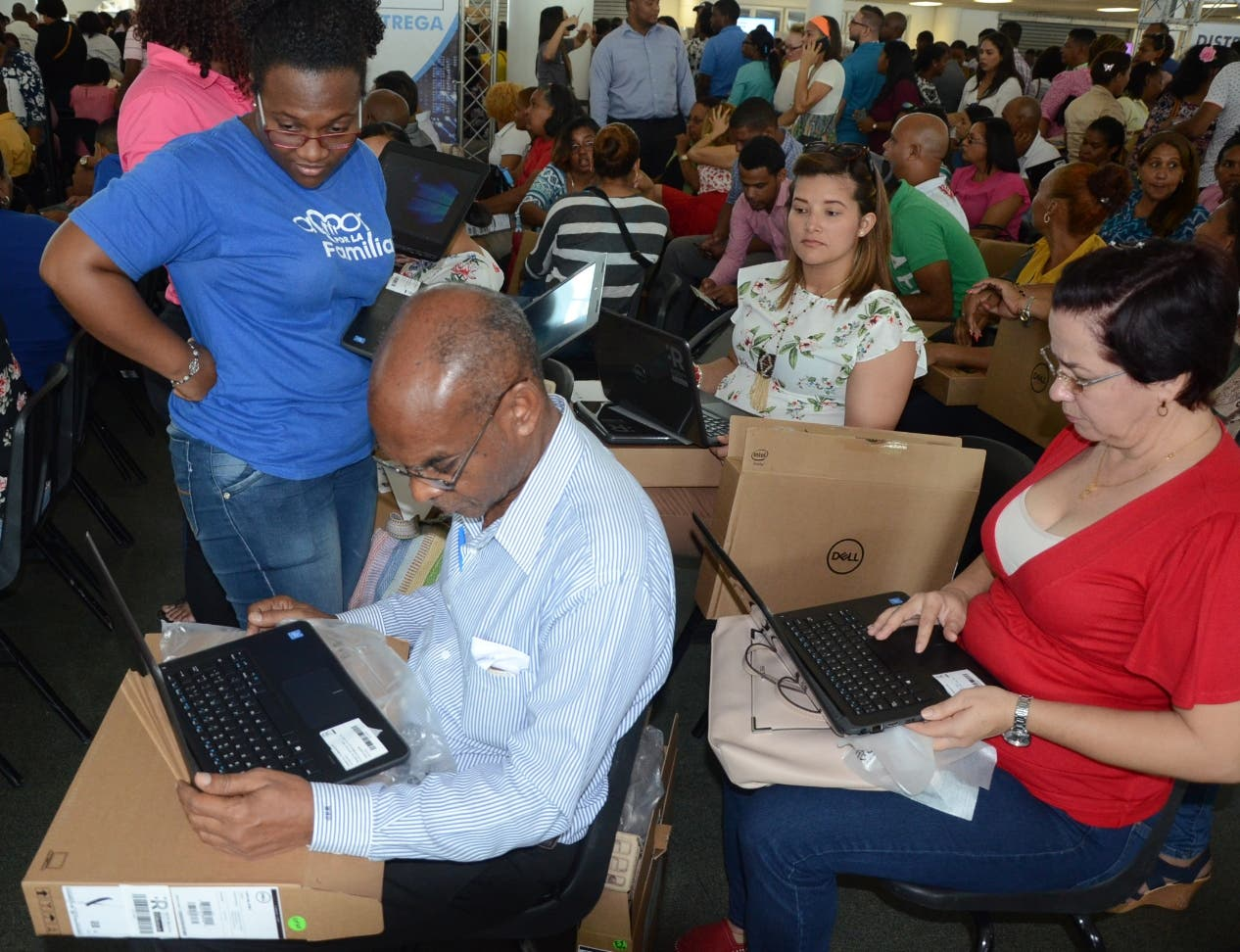 Los maestros  recibían con regocijo las computadoras donadas por el Gobierno. José de León