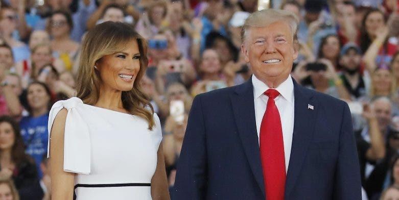 El presidente Donald Trump acompañado de su esposa.