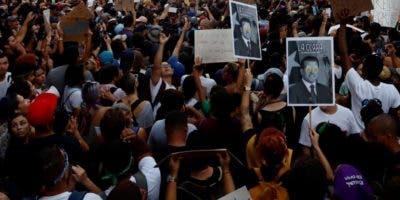 A diario manifestantes   piden la renuncia de Ricardo Rosselló.