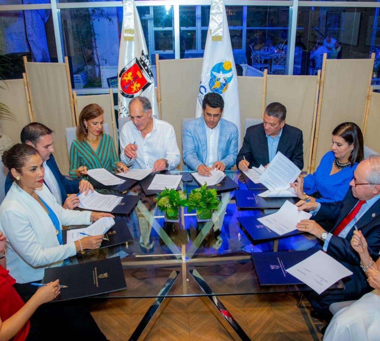 Parte de los alcaldes participantes en la actividad, encabezados por David Collado.