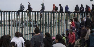 Los centroamericanos entran en caravana a Estados Unidos.