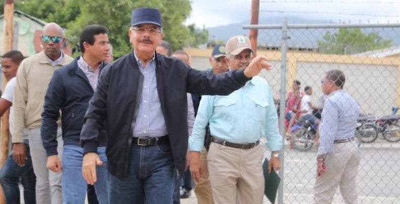 Danilo Medina durante recorrido por Barahona.