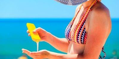 Si acude a la playa, río o piscina o si simplemente se va a desplazar de un lugar a otro, no olvide el uso de sombreros y sombrilla, pues  ofrecen mayor protección.