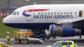 El niño se mezcló con los pasajeros en el aeropuerto.