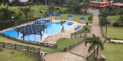 Vista parcial de su piscina y áreas verdes.