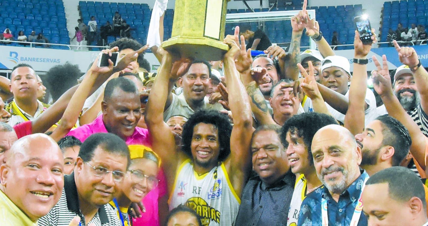 Los jugadores del club Rafael Barias celebran con el trofeo luego del triunfo de ayer frente al Mauricio Báez. Alberto Calvo