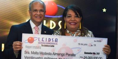 Manuel Abreu y Malta Modesta Almengo Peralta  en la entrega del premio.