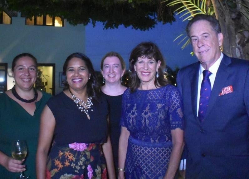 La embajadora de Estados Unidos, Robin Breinstein, junto a su esposo y amigos.