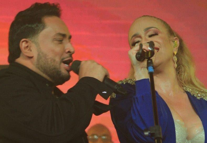 Manny Manuel y Miriam Cruz cantando juntos.  Archivo