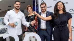 John Carlos Bueno, ganador de la Porsche, recibe su premio de manos de los ejecutivos.