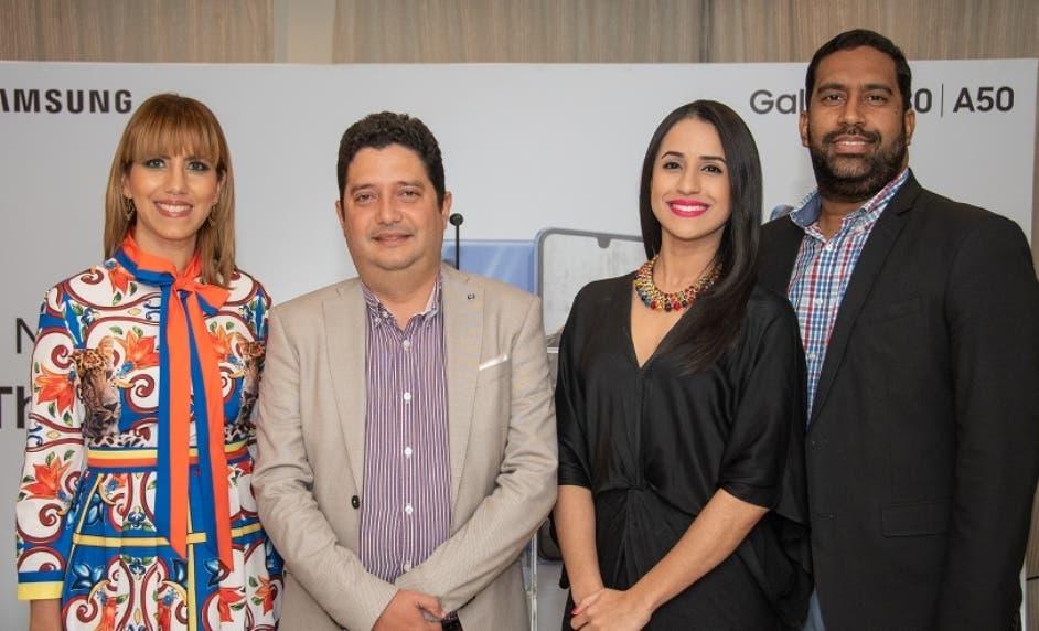 Dania Hernández, Engelbert Reyes, Leslie Thomas y Manuel Corporán, durante la presentación de los celulares.