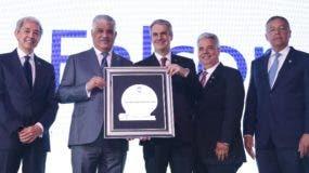 Luis Concepción, Miguel Vargas Maldonado y Donald Guerrero reconocen a Falcondo.