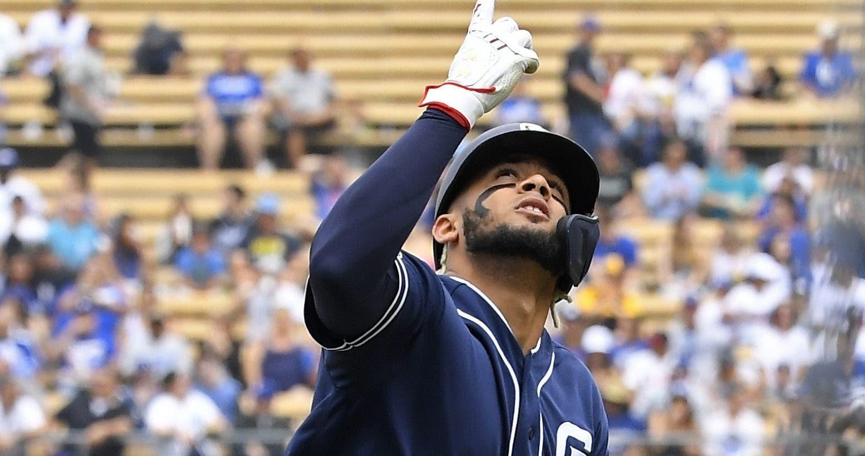 Fernando Tatis Jr., de los Padres, observa el cielo el pasado domingo tras dar  el primero de dos jonrones ante los Dodgers.