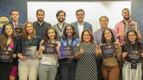 Estudiantes ganadores junto a altos ejecutivos de la Asociación Popular de Ahorros y Préstamos.