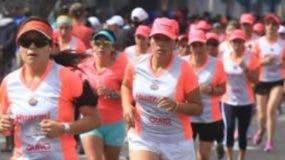 Competidoras en acción en una pasada carrera 5k.