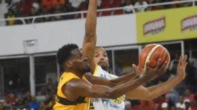 Juan Miguel Suero avanza con el balón en  un intento al canasto en el partido.  Alberto Calvo