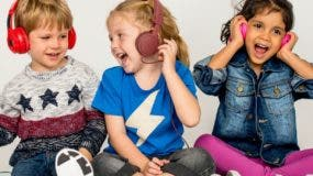 Un hábito peligroso para la audición es  escuchar música  a alto volumen con audífonos.