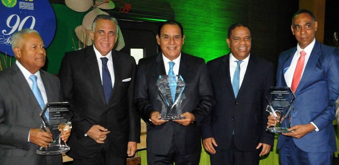 Luisín Mejía y Danilo Díaz premian a Osvaldo Santana, Miguel Franjul y Rolando Guante.
