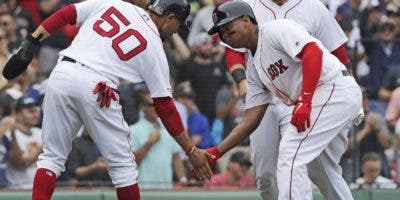 Mookie Betts (50) saluda al dominicano Rafael Devers. ap
