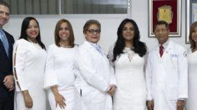 La doctora  Mayra Melo junto a parte de los graduandos de la nueva promoción de médicos.