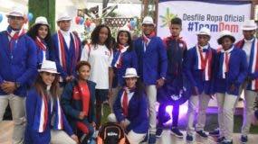 Un grupo de atletas muestran los uniformes que usarán en Perú. Alberto Calvo.