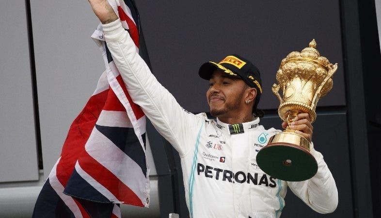 Lewis Hamilton celebra el triunfo ayer en Fórmula Uno.