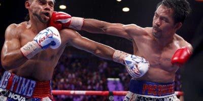 El filipino Manny Pacquiao conecta al rostro del estadounidense Keith Thurman.