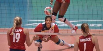 La dominicana Priscila Rivera  levanta una bola durante el partido ante Estados Unidos.