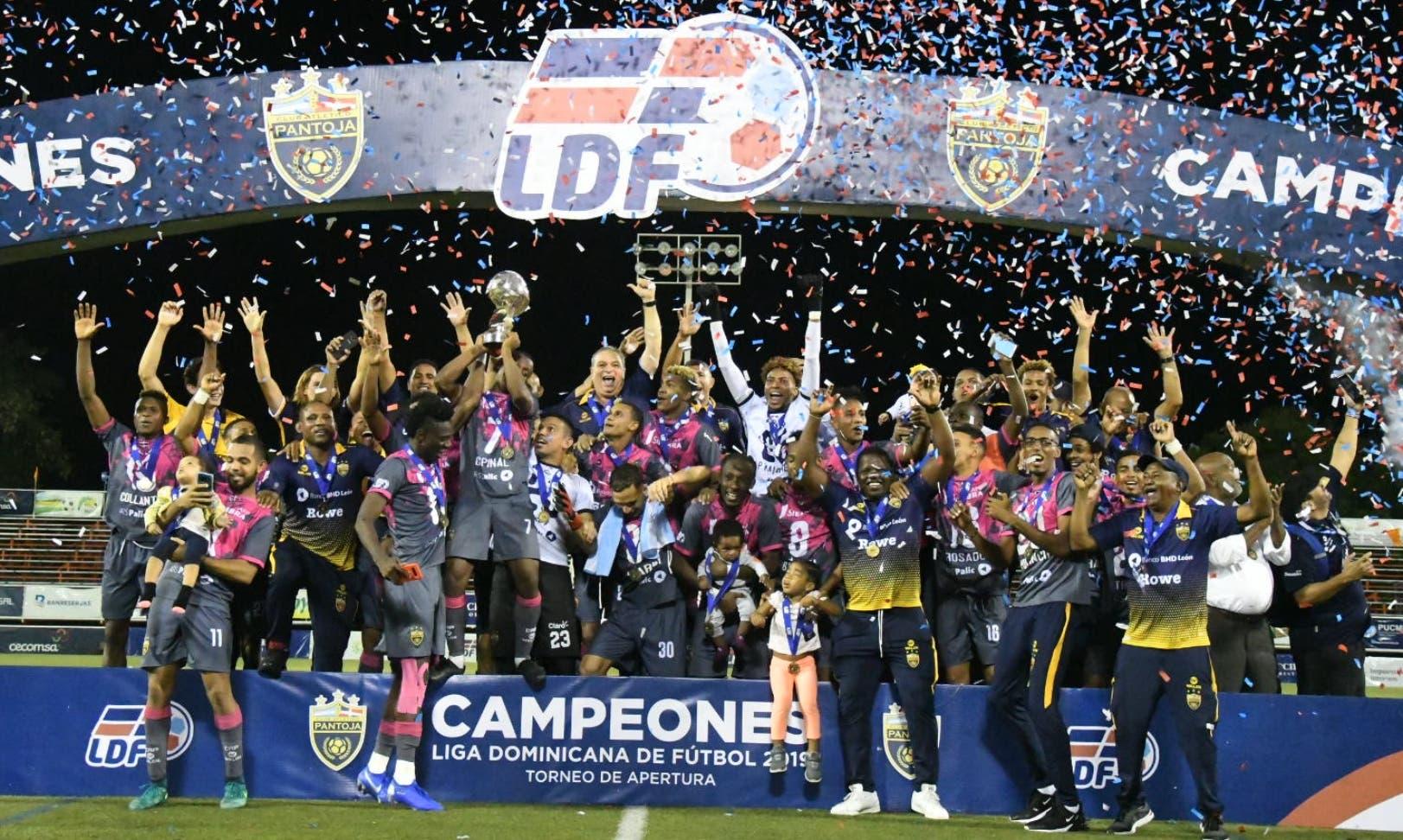 Con gran júbilo los campeones de Atlético Pantoja festejan la segunda corona en la Liga Dominicana de Fútbol.