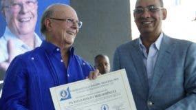 Mejía  recibe el certificado que le acredita como precandidato presidencial. Elieser Tapia