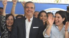 Abinader estuvo acompañado de sus hijas y otros familiares  .               ALBERTO CALVO