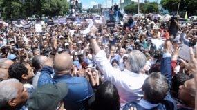 Luis Abinader concentró a miles de personas frente al Congreso Nacional en rechazo a una modificación constitucional.