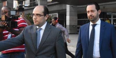 Gregory Salcedo (derecha) junto a su abogado.  Alberto Calvo