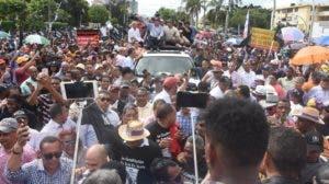 Como si se tratara de mitin de campaña, Fernández saludaba a seguidores desde un vehículo.