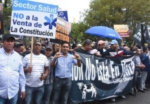 Diversos grupos sociales se unieron a la manifestación.