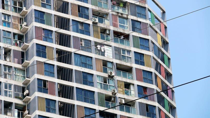 VIDEO: Vecinos atrapan con una manta a un niño que cae desde un sexto piso