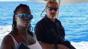 Imagen de McAfee y su esposa antes de ser detenidos en el puerto de Ocean World, en Puerto Plata.    FUENTE EXTERNA